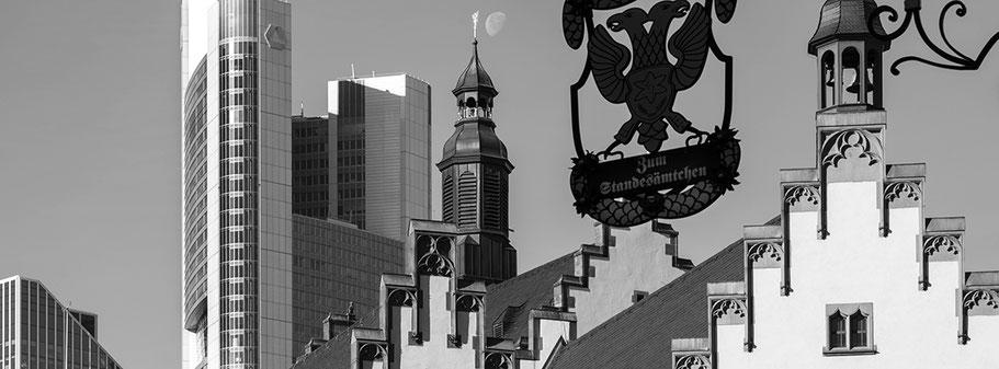 Römerberg  in der Altstadt in Frankfurt als Schwarzweißphoto im Panorama-Format.