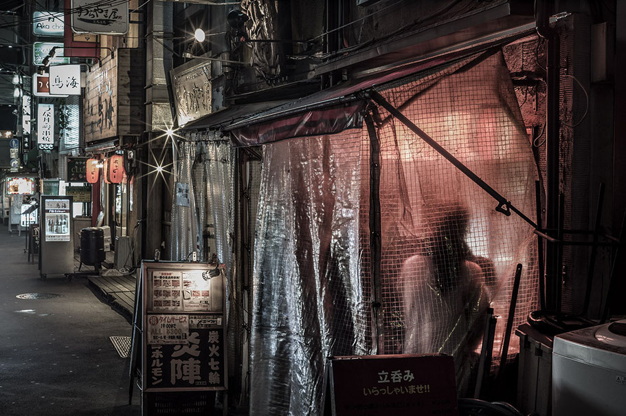 Nächtliche Straßenszene in Shimbashi in Tokyo, Japan als Farbphoto
