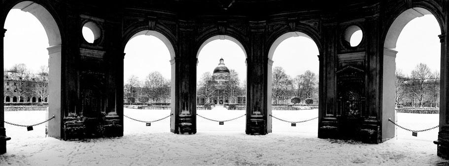 Wintermotiv Hofgarten Rotunde München, Bayern, im Schnee in schwarzweiß als Panorama-Photographie