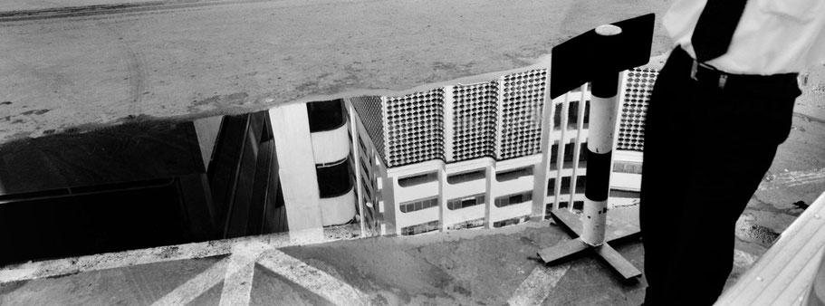 Spiegelung der Häuserfront der 18th Street in Dubai als Panorama-Photographie