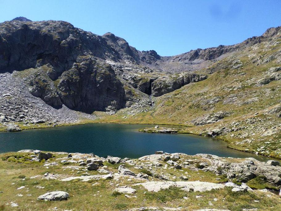 Le lac de Fourchas, pour le voir, il faut prendre le sentier passant devant le refuge