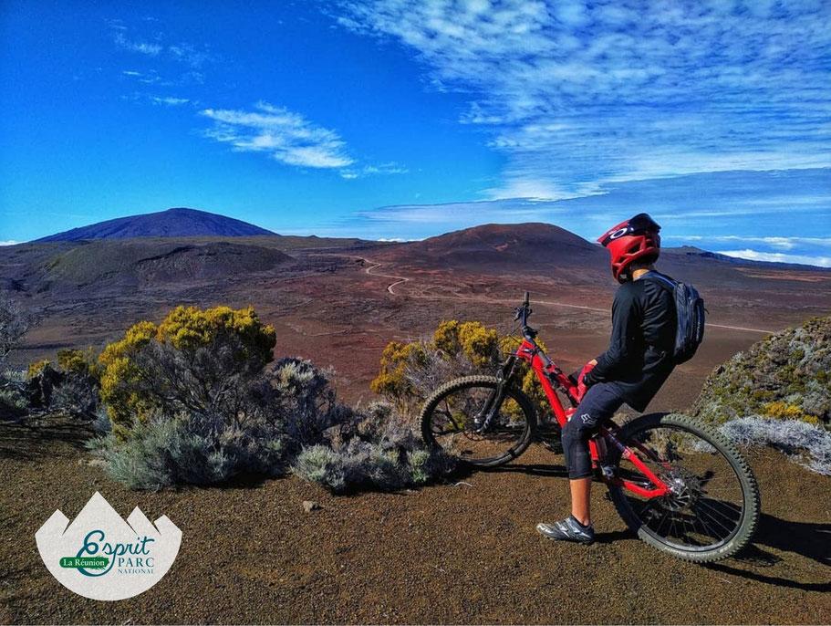 Vue sur la Plaine des Sables et le Piton de la Fournaise lors d'un enduro volcanique. Photo : Ayapana Réunion
