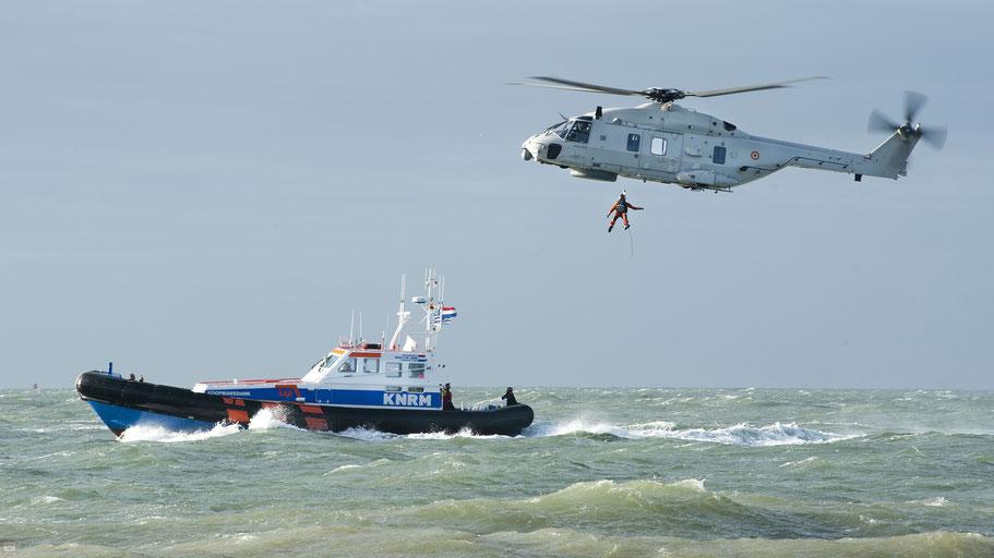 Actie met KNRM-reddingsboot en maritieme NH90-helikopter van de Belgische krijgsmacht | © TekstEnPlaat.nl