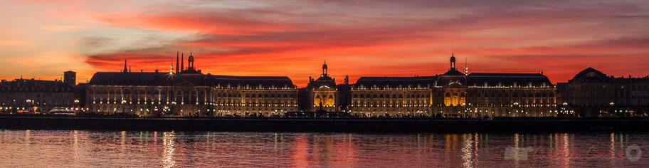 Ciel rougeoyant. Palais de la Bourse, Bordeaux, patrimoine mondial de l'Unesco. Gironde