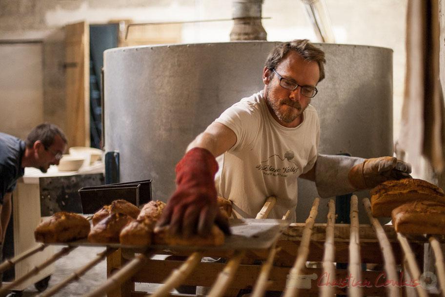 A la Ferme du petit baron, François Rougié, paysan-boulanger prépare différents pains.