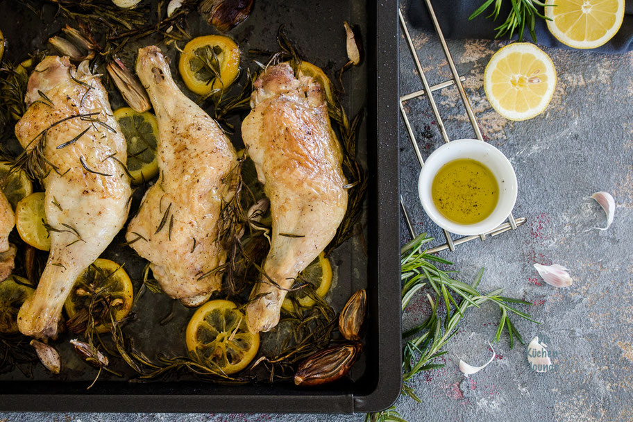 Mediterrane Hähnchenkeulen aus dem Ofen