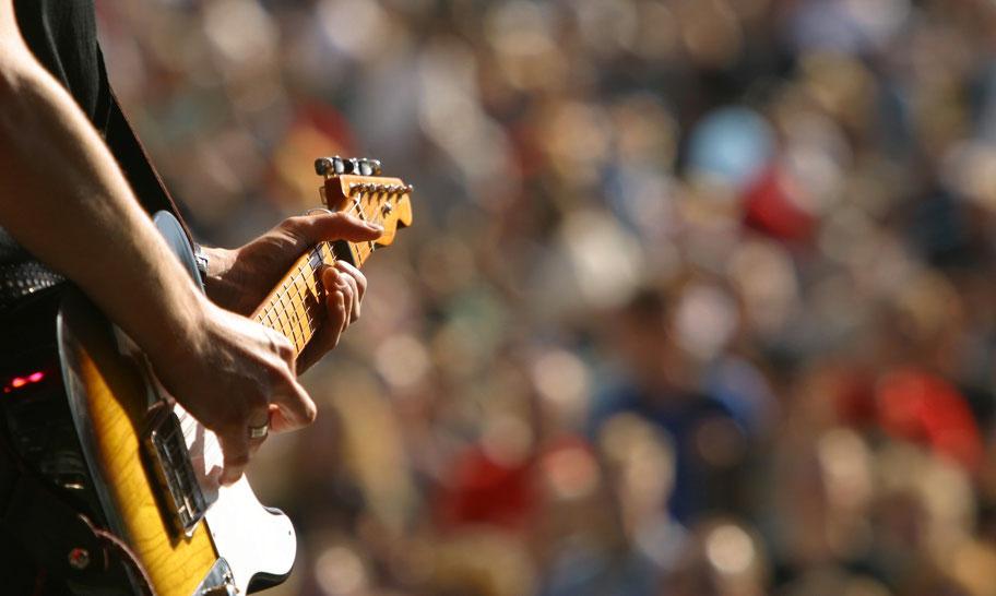 chitarra elettrica telecaster con sfondo pubblico