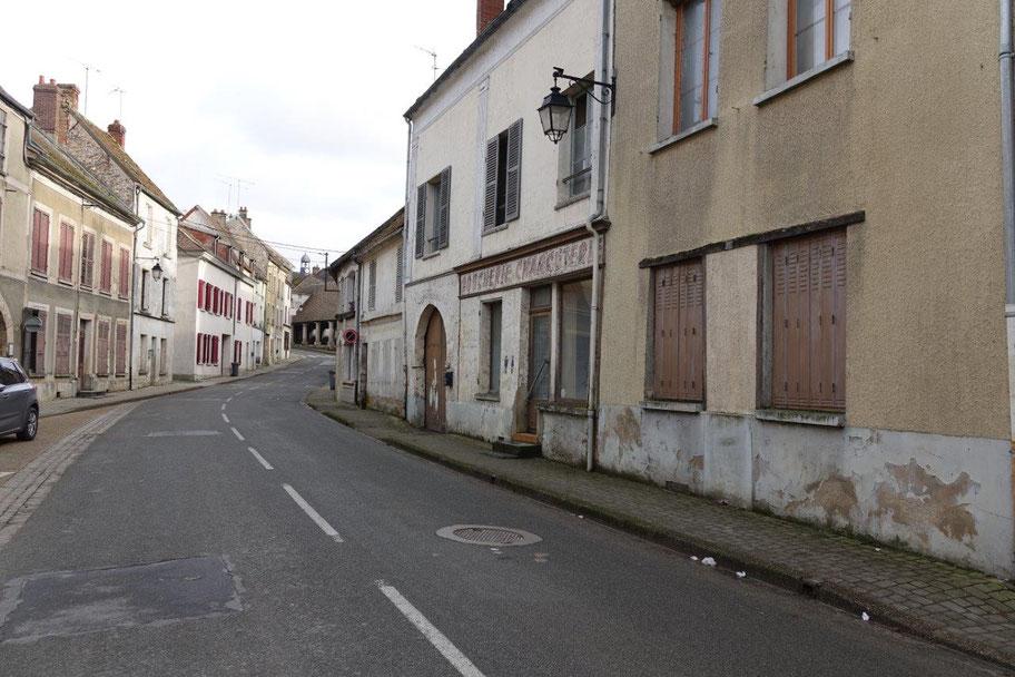 Au centre bourg de Condé-en-Brie, la Grande rue fait partie des 18 rues comprises dans le périmètre ciblé par l'OPAH-RU. Photo : RX10.