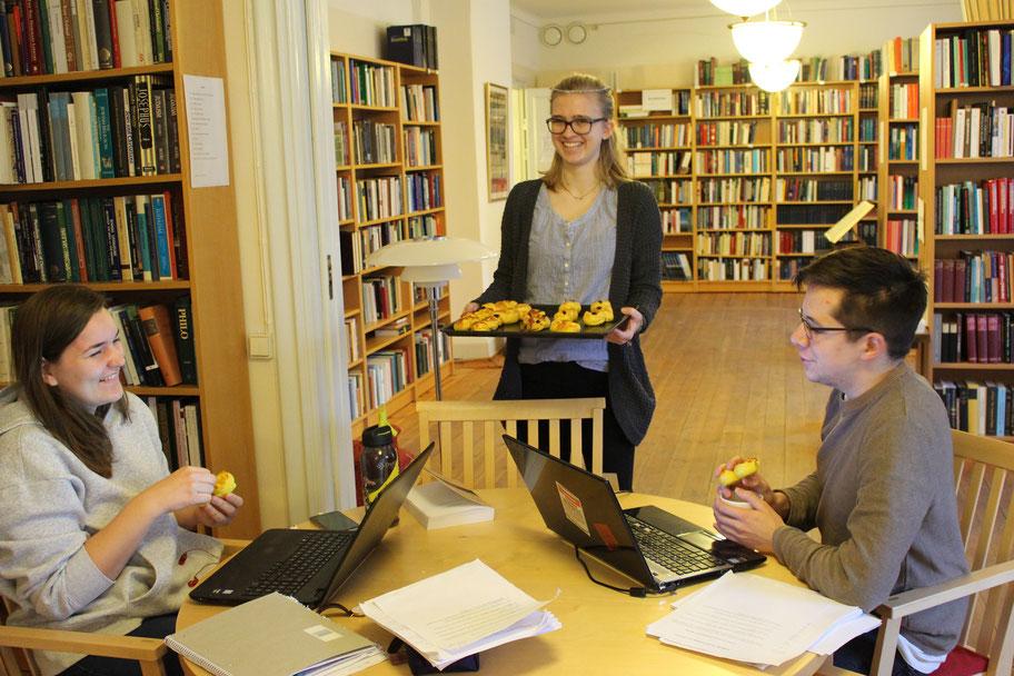 Marius Retka und Erasmus-Studentin Natascha freuen sich über eine nette Überraschung während des Lernens in der Bibliothek
