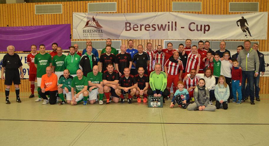 Alle Mannschaften des Bereswill-Cup. Die Sieger in rot/weiß gestreift.