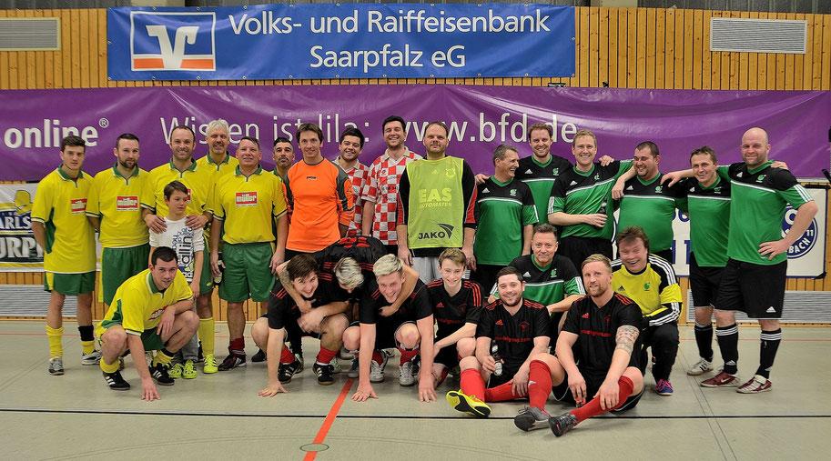 Die Finalmannschaften des 1. Hobby-Hallenturniers des SV Bexbach. Sieger istder FC Fortuna Bexbach, vorne in schwarz.