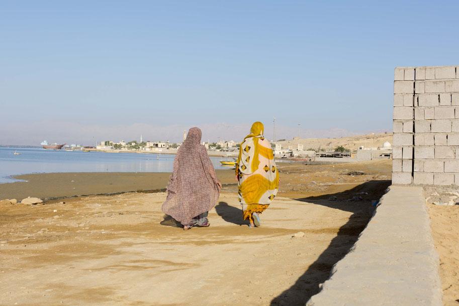 Die Frauen auf der Insel sind bunt gekleidet, Qeshm, Iran