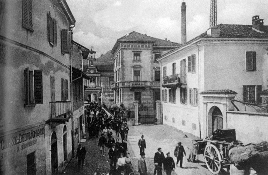 Foto storica anni 1920/1930. Ore 12, uscita del personale dalla cartiera.