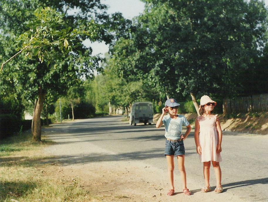 I miei figli Davide e Barbara (al tempo 7 e 9 anni) a passeggio per i viali del villaggio Sobra City - TARBELA - PAKISTAN - 1979