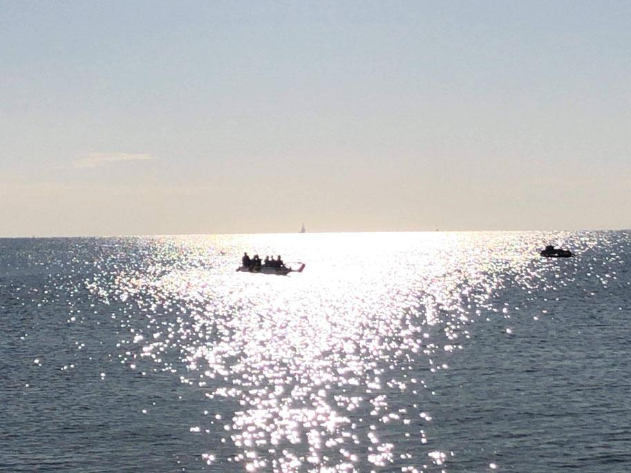 キラキラした海を進むVa`a