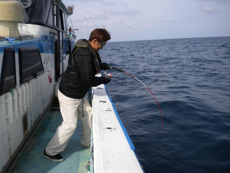 人生初釣り初ジギング1投目鰤HIT! 持ってる男です。 レンタルタックルです。