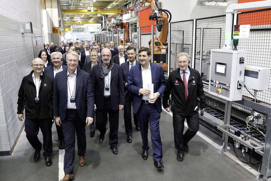 Vorstand, Werkmanagement und Betriebsrat beim Rundgang durch die Fertigungshallen des Werks Braunschweig. // Foto: Volkswagen AG