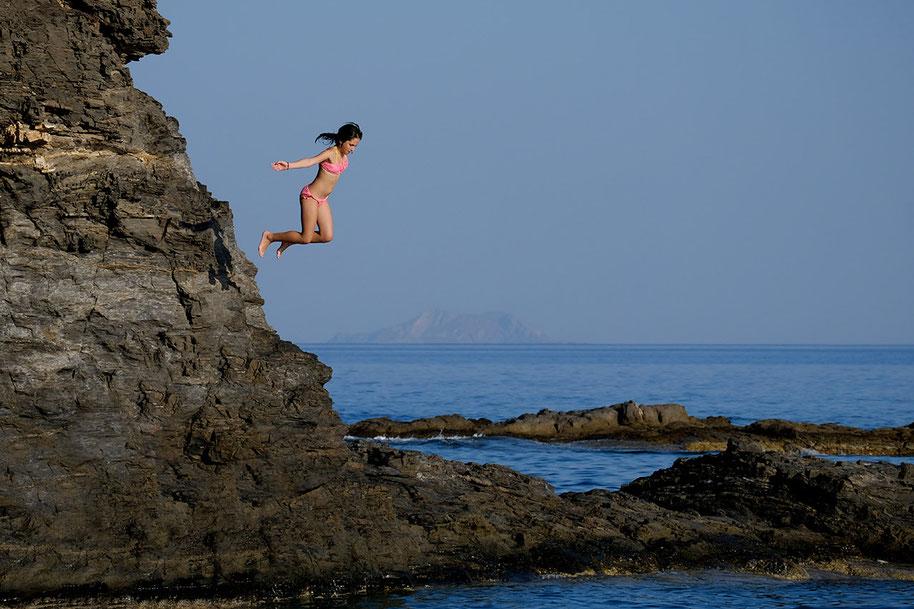 Mathieu Guillochon, photographe, rivages, couleurs, mer, Koraka beach, Rodaniko, Crète, Grèce, falaise, jeune fille, saut, plongeon, bleu