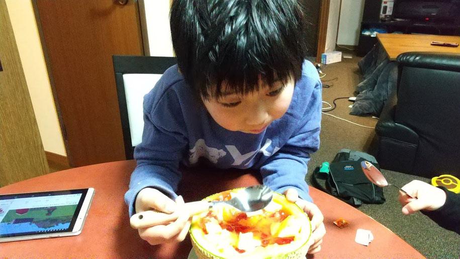フルーツポンチを食べるお兄ちゃんの写真