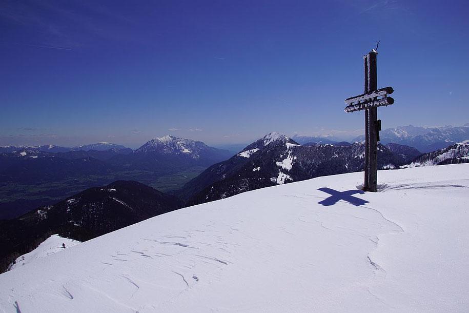 Gipfel mit dem Dobratsch (Mitte links) und dem Oisternig (Mitte rechts)