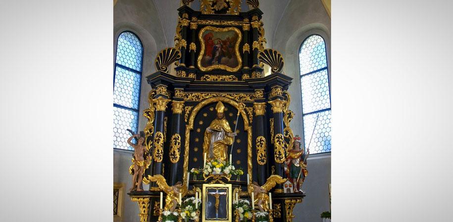 Ein Hochaltar (in gold-schwarten Farben) zeigt in der Mitte den Heiligen Nikolaus mit Mitra und Bischofsstab. (Foto: pixabay)