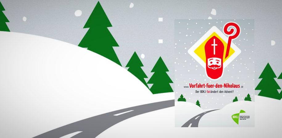 Auf dem Plakat ist der Kopf eines Nikolauses zu sehen (mit Mitra und Bischofsstab). Im unteren Teil des Bildes ist eine Landstraße abgebildet, zu deren Seiten jeweils Schnee liegt. Weihnachtsbäume sind im Hintergrund, auf die der Schnee fällt.