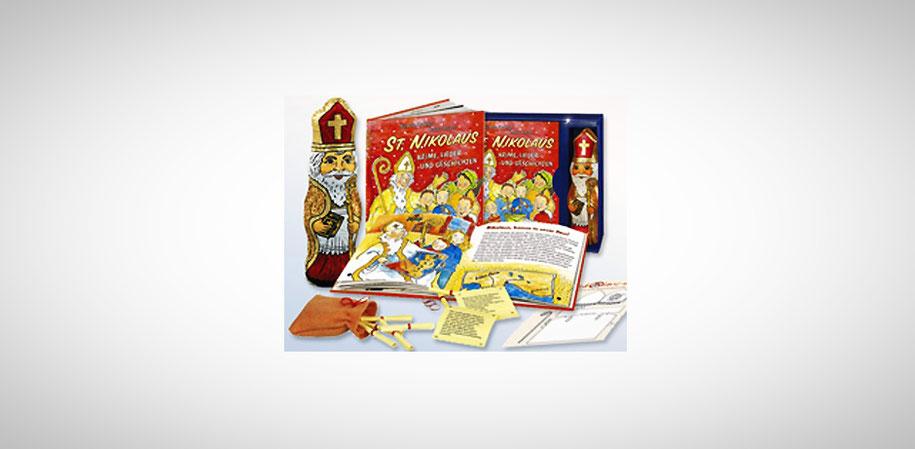Schokonikolaus steht neben einem Buch über den St. Nikolaus. Davor liegen kleine zusammengerollte Zettel und kleine Bausteine