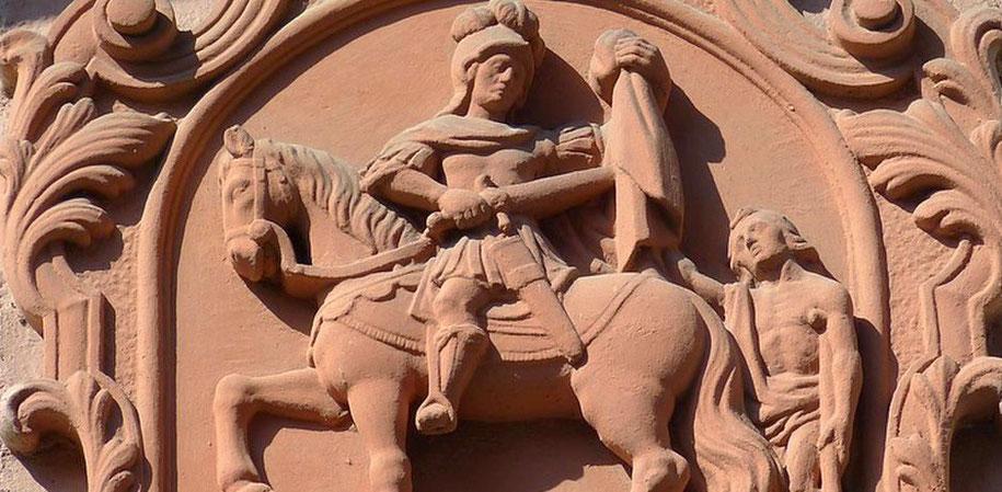 Ein Relief zeigt Sankt Martin auf einem Pferd. Mit einem Schwert teilt er seinen Mantel. (Foto: pixabay)