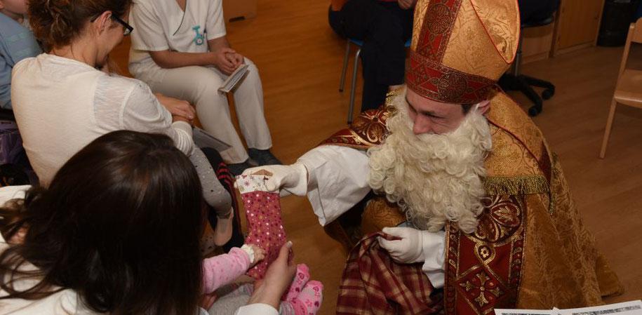 Bischof Nikolaus besucht die kleinen Patienten in der Klinik für Kinder- und Jugendmedizin in Paderborn.  © Katrin Sijbom