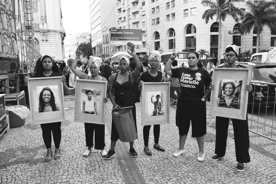 A filha de Marielle Franco (segunda à direita) também participou da apresentação do Teatro do Oprimido