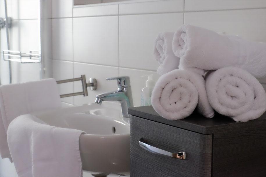 Bad in der Ferienwohnung. Handtücher werden zur Verfügung gestellt.