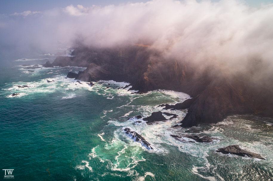 Im Frühherbst bilden sich an den Steilküsten Nebelbänke (B1397)
