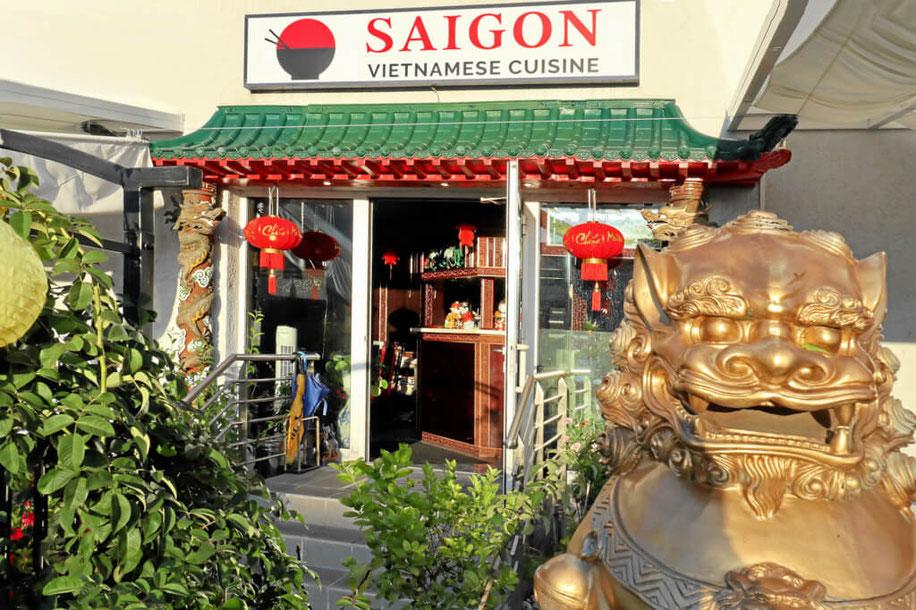 Gaststätte Saigon in Rheinfelden mit kleinem Biergarten, mit viel Grün und Drachenlöwen
