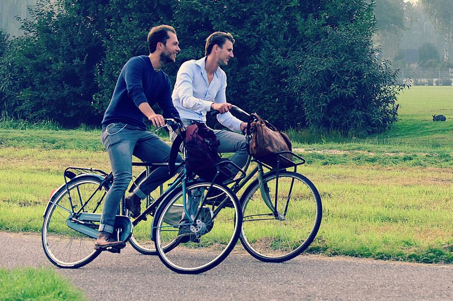 deux hommes sur des vélos hollandais d'occasion à la campagne