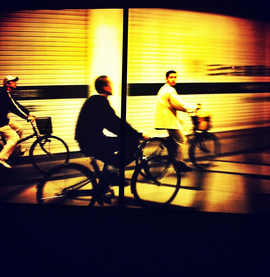 trois hommes à velo dans la nuit