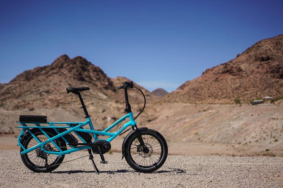 vélo bleu électrique dans le desert