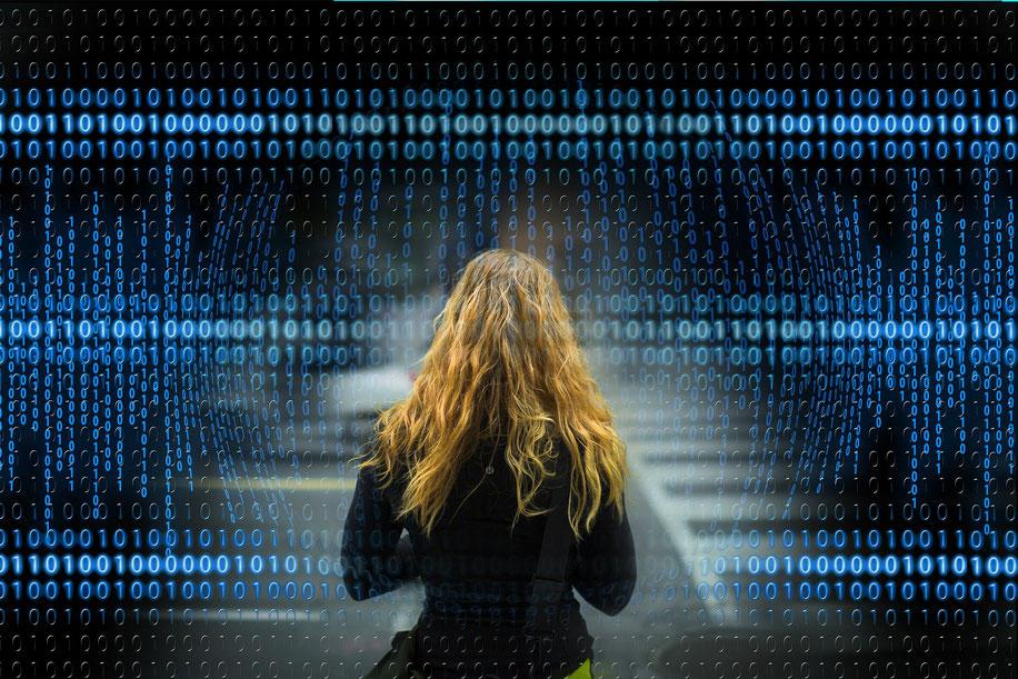 Frau vor Zahlenfeld - Digitalisierung Frauen Selbständigkeit Gründung