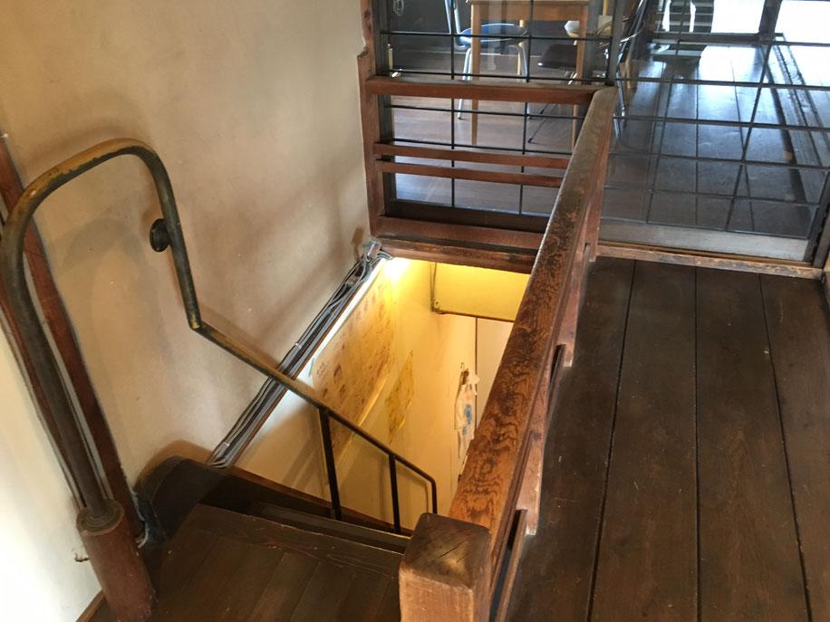 懐かしい急勾配の階段。ユニークなデザインの階段手摺。