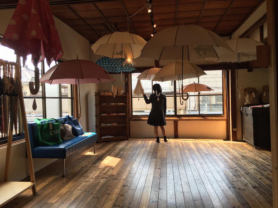 ふわふわ浮遊感のある傘の展示
