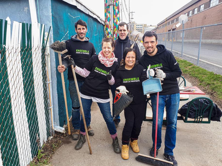équipe de la corvée de nettoyage ensemble pour la propreté de la ruelle verte le Raccourci