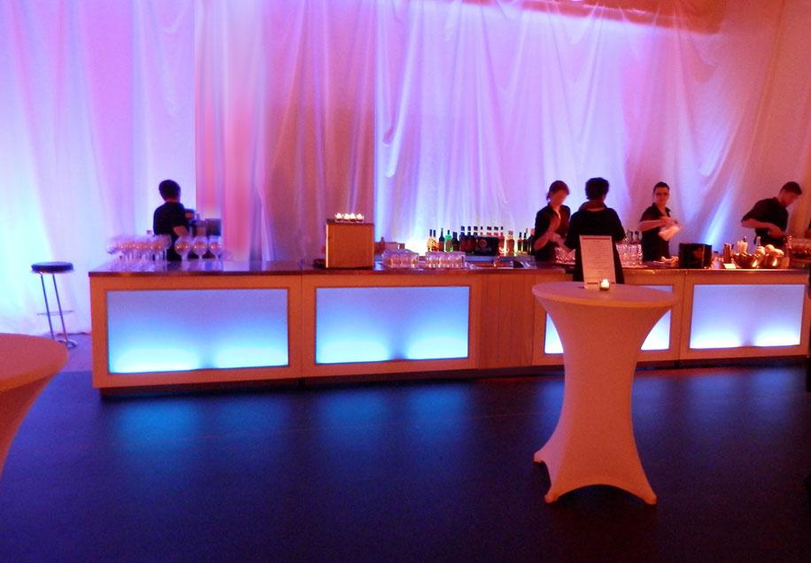 Industriehalle mit Getränke & Cocktail Theke
