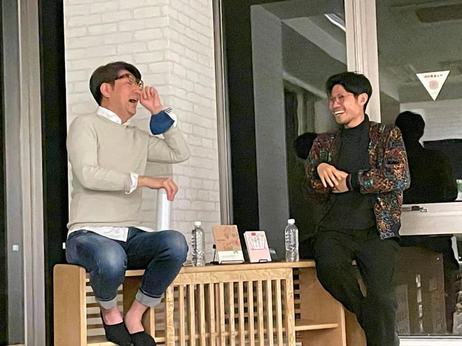 アフリカドッグス中須俊治さんと鍼灸師中根一さんが談笑する風景