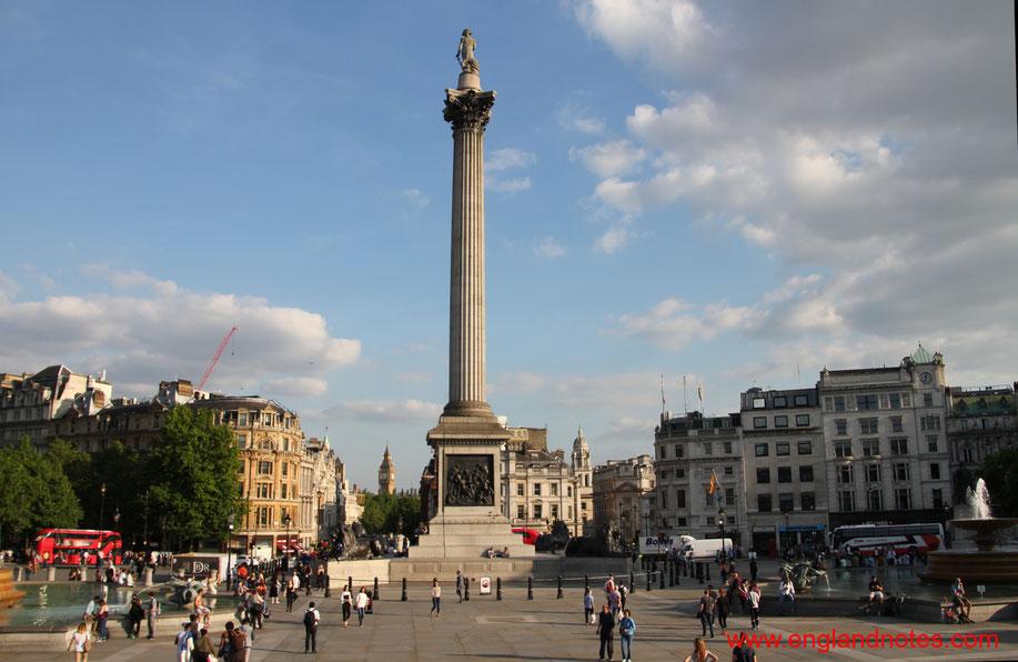 Blick von der National Gallery auf Nelsons Column auf dem Trafalgar Square in London, England.