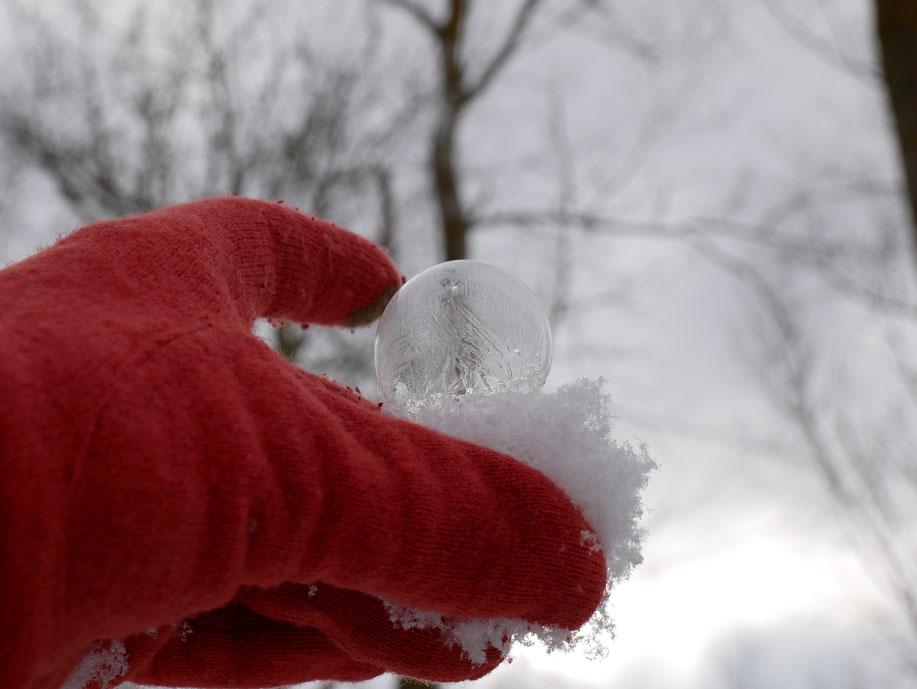 gefrorene Seifenblase auf der Hand