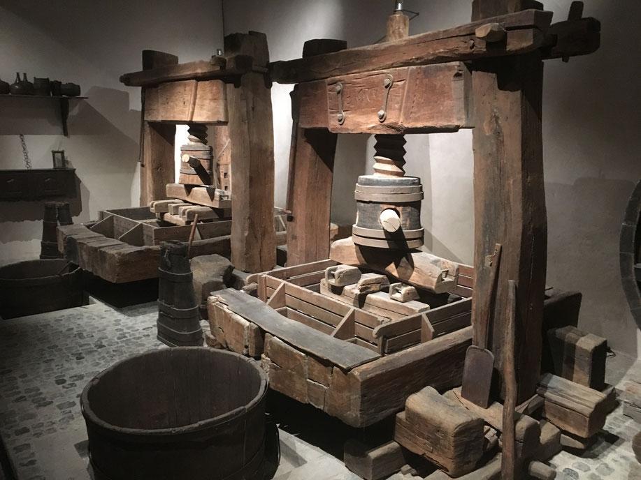 Les pressoirs à vis centrale et à cabestan se sont développés en Alsace à partir du XVe siècle. A voir au Musée Unterlinden, Colmar
