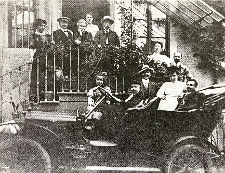 Frédéric Emile Trimbach ( 1839-1917) et sa famille sur le perron de leur propriété à Hunawihr