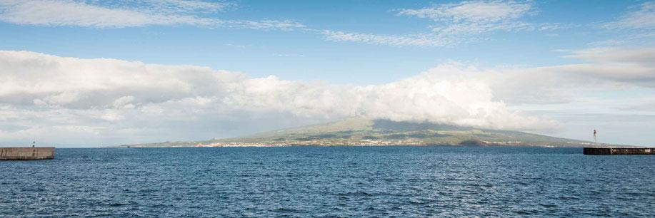 Blick auf Pico durch die Hafeneinfahrt von Horta