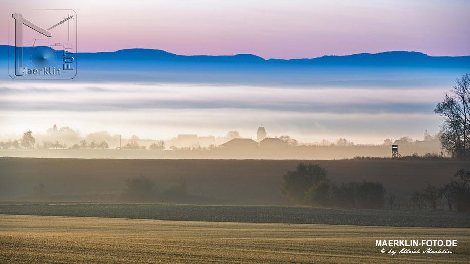 Morgennebel über dem Gäu, im Hintergrund die Schwäbische Alb