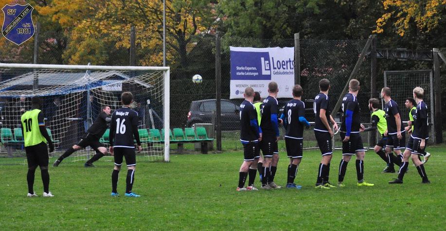 Da war die Borussia-Welt noch in Ordnung: Der Freistoß von Kai Krumm schlägt zur Führung im Heidjer-Tor ein.