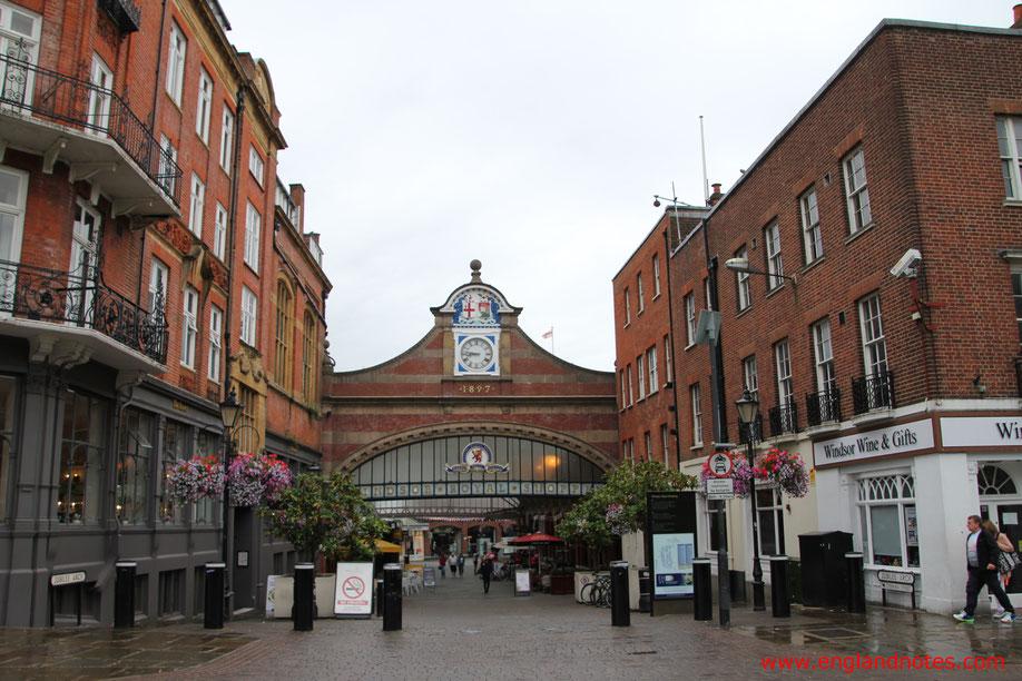 Blick auf den Eingang zur ehemaligen viktorianischen Bahnhofshalle von Windsor, heute Windsor Royal Shopping mit Einkaufsmöglichkeiten und Restaurants in Windsor, Berkshire, England.